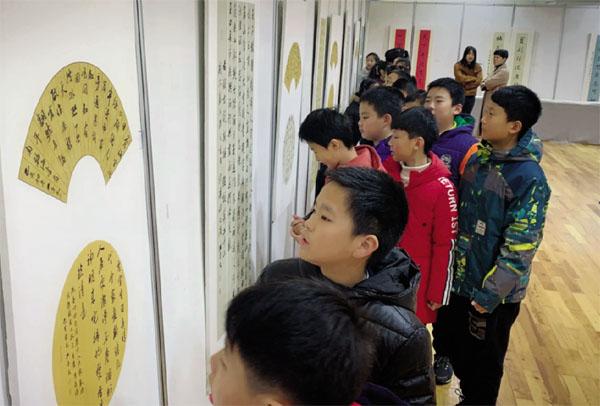 校园举办学生个人书法作品展