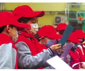 学雷锋纪念日里的红领巾们
